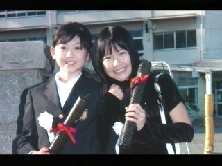 妙子と晴美の卒業写真。左:小川真奈、右:森まりな